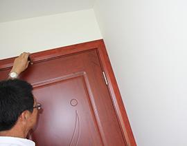 房门安装上口缝隙检查