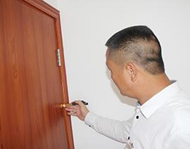 房门安装侧面口缝隙检查