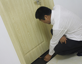 房门安装下口缝隙检查