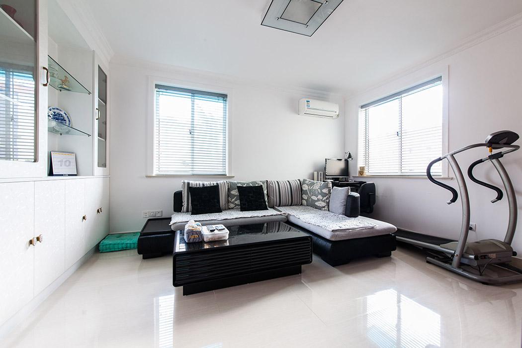 简单时尚的客厅空间设计,沙发黑白灰的色调绽放出独特的韵味,墙面浅色与深色的沙发形成一定的对比冲击力,色彩柔和,运动与时尚结合。