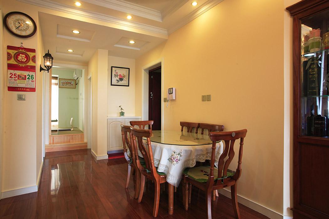 细巧的餐桌,入户处鞋柜的设计,局部的软装饰的点缀,墙面淡淡的乳胶漆色调,把整个风格烘托的淋漓尽致。