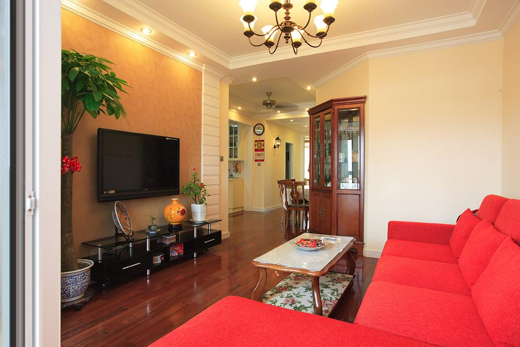 沙发的大红色明亮大胆,热情似火。安静的色调下跳跃出激情的火花。