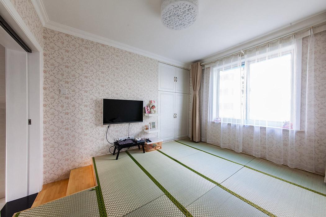次卧采用榻榻米的设计,本来储物空间的较少的空间,运用榻榻米这个隐秘性很好的储物空间来设计,使得室内的空间得到合理的利用。