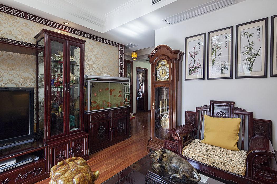 屋主几年前购买的红木家具,再辅以个人爱好收藏字画、盆景,陶瓷、古玩、屏风等装饰品,追求的是一种修身、齐家的生活境界。