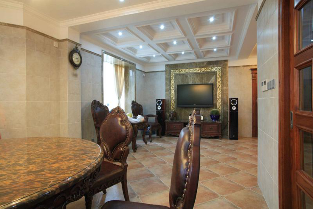 客厅与餐厅的风格统一,宽敞的空间里顶部的栅格造型具有强烈的延伸感觉,独特的灯光设计彰显室内装饰简约明快的同时流动着脉脉温情,大地色的仿古瓷砖带着暖色单的柔和与淡黄的墙壁交相呼应。