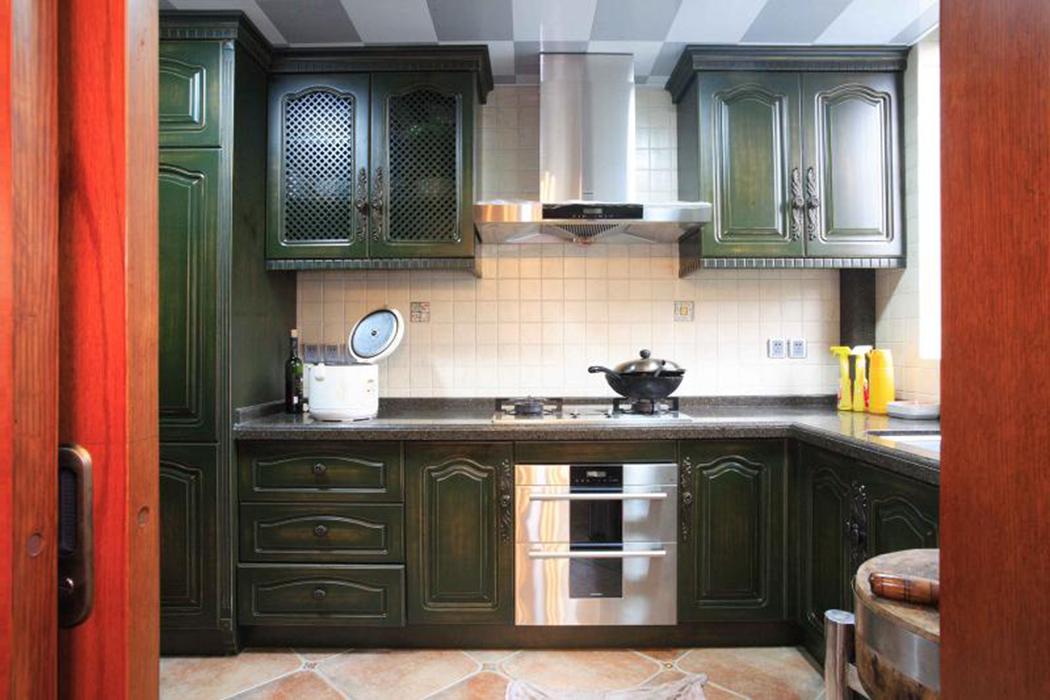 宽敞干净的厨房以美式田园风格的橱柜,实木线条与花色瓷砖巧妙结合,成就复古清新的美好印象。