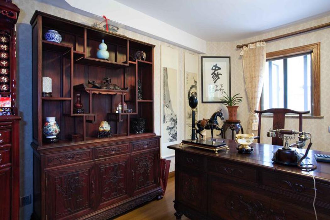 在大范围的西式风格中,唯独书房这一隅完全采用了中式风格,让我们在享受西式风情之余能重温本土文化的韵味。