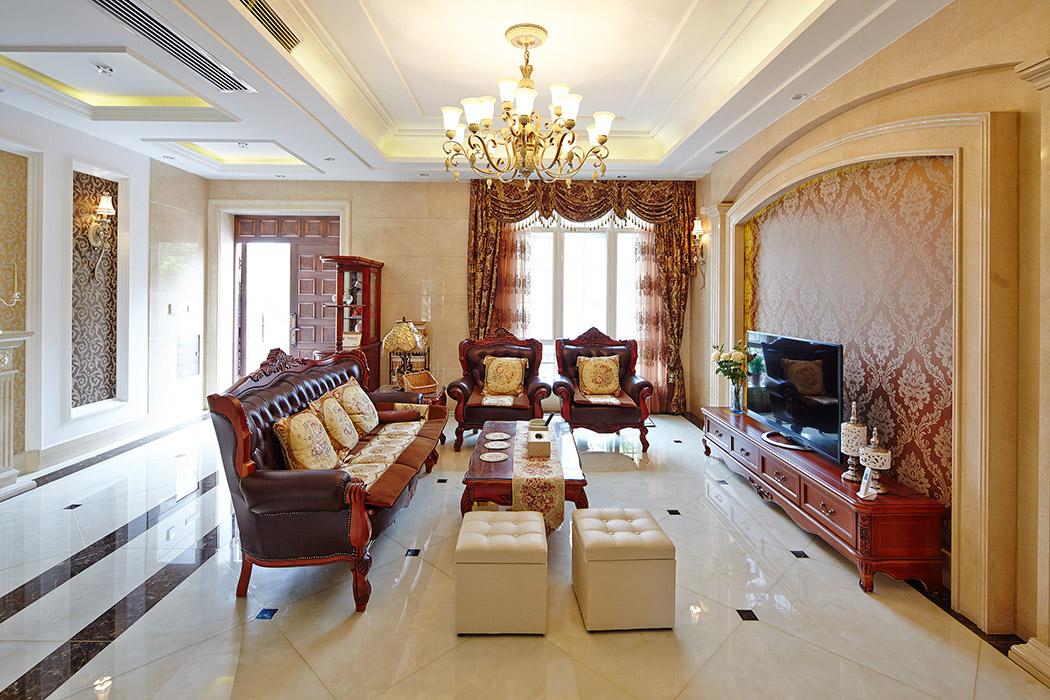 墙面采用偏暖色的石材,地面同样也采用偏暖色的微晶石拼花,以烘托豪华的效果。深色实木皮沙发组合有着皮质的质感,将传统欧式家居的奢华与现代家居的实用性完美地结合。,敞开式的客厅提供了一个视觉中心,通彻明亮。