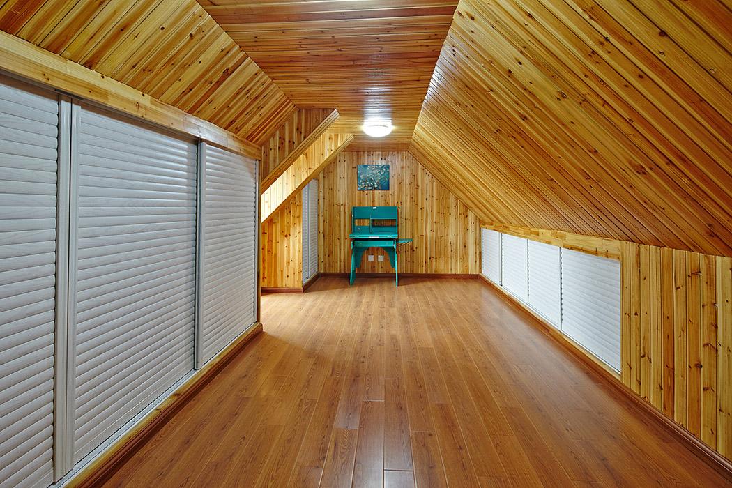卧室是整套房子中最私人也是最体现出温馨休闲感的空间,墙面采用田园风格的壁纸