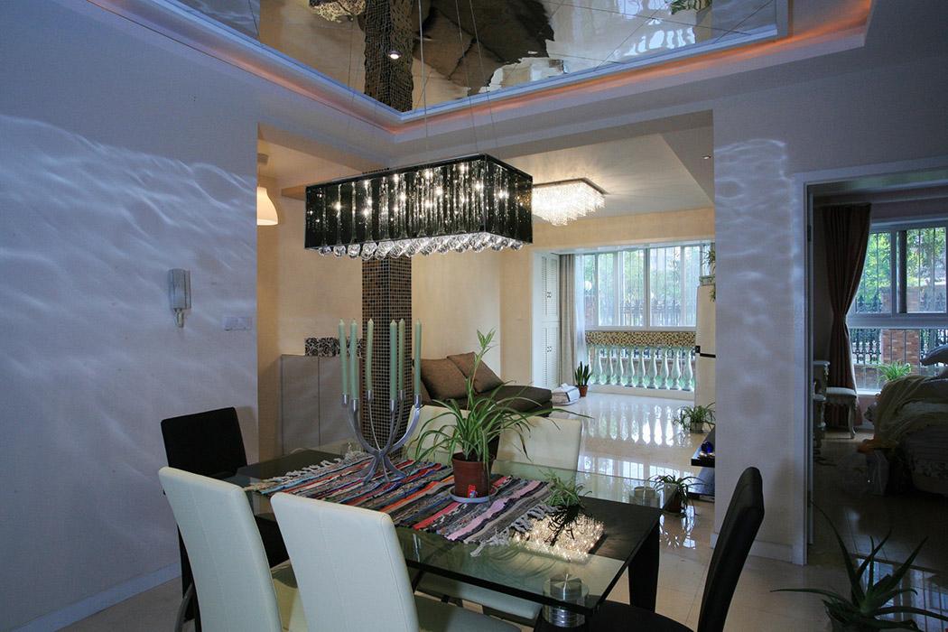 餐厅的吊顶用了玻璃顶面处理,不但把层高拉高,而且配上黑色水晶灯,既现代又时尚。