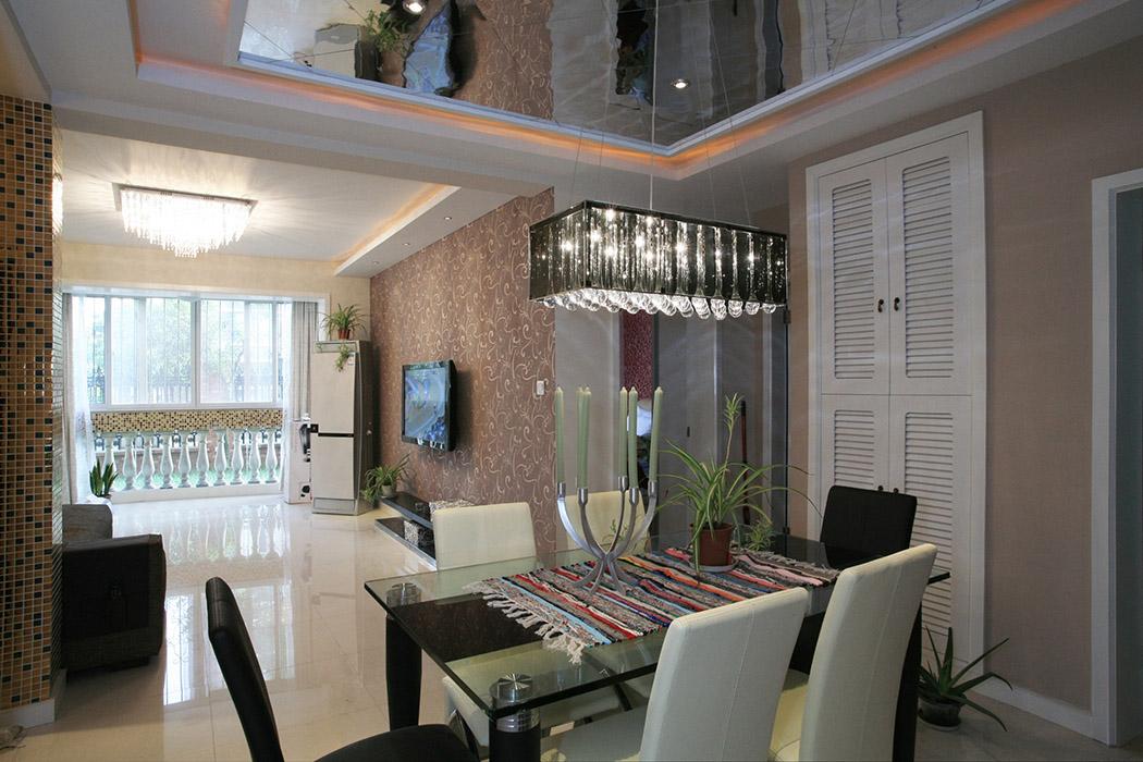 进入餐厅的部分元素比较丰富,马赛克柱,玻璃吊顶,黑白的餐桌加上水晶灯,一看就是年轻人的天地。