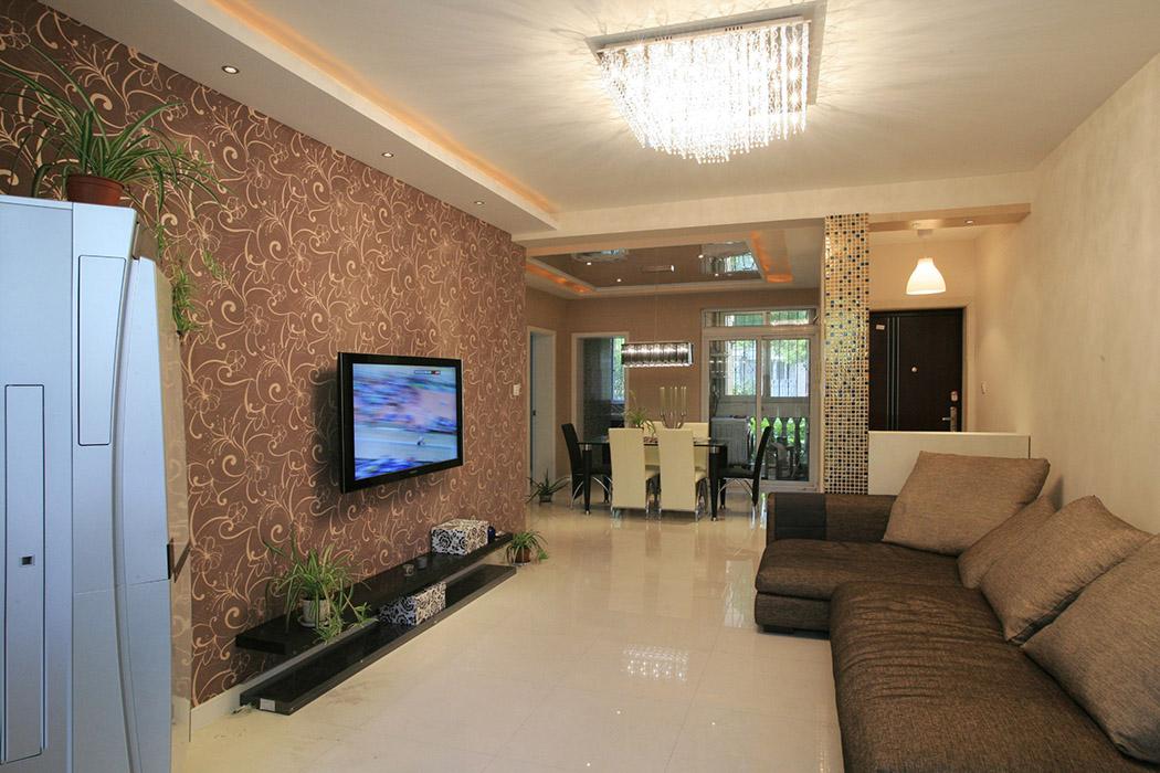客厅的局部吊顶把原本不高的层高装饰的既美观有实用,背景采用同色系墙纸,马赛克柱子时尚感极强。
