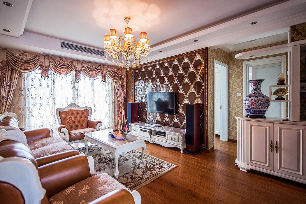 客厅欧式风格强调以华丽的装饰、浓烈的色彩、精美的造型达到雍容华贵的装饰效果。