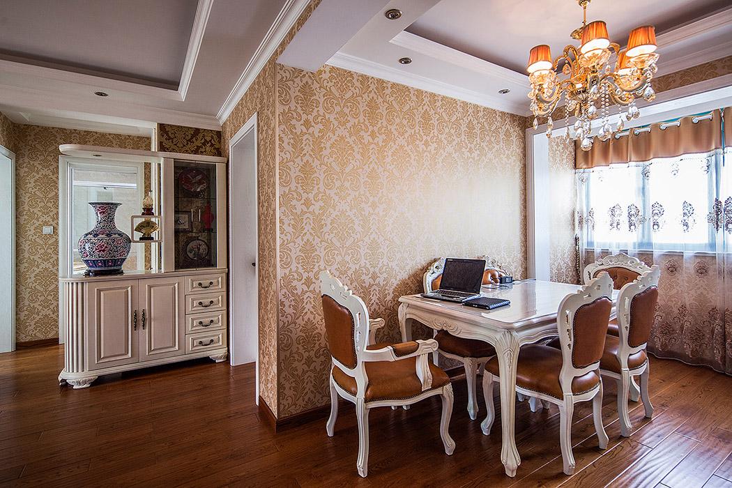 玄关柜的精良的雕塑工艺品,欧式水晶灯,配套家具的融和搭配,同时又摒弃了过于复杂肌理和装饰。