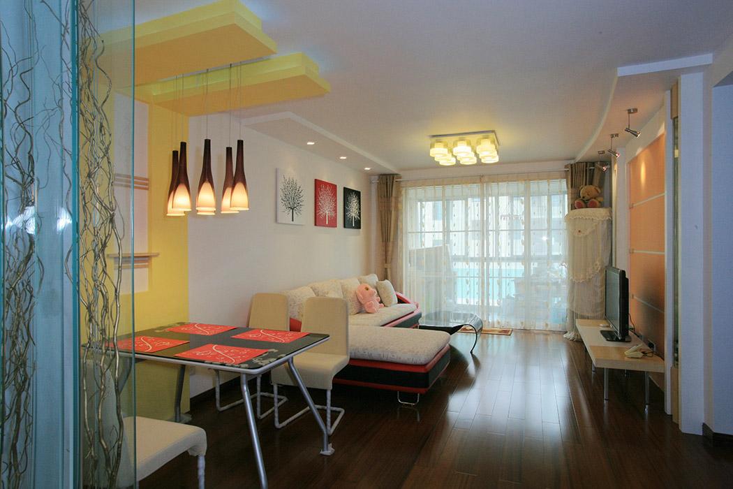 客厅的布局是整个居室中最出彩的地方,本案中无论是天花还是背景墙,都没有作过多的装饰,简单明了的线条 ,使空间得到很好的延伸,鲜艳的色彩也为居室增添了一分活跃的气氛。黄色的灯光中还有几分静谧与温馨。