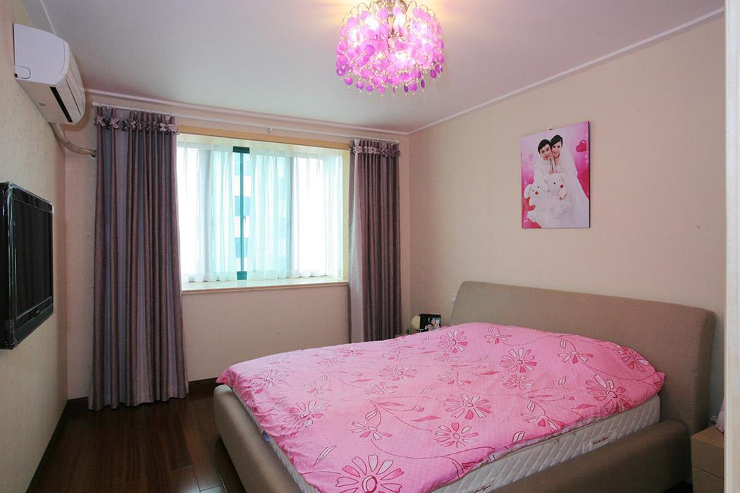 卧室没有过多的装饰,在淡淡的黄色也白色之间,体现着温馨的生活情调,粉红色的艺术灯与粉红色的被褥交相互应。宽阔的飘窗,无形中扩大了卧主人的视野。