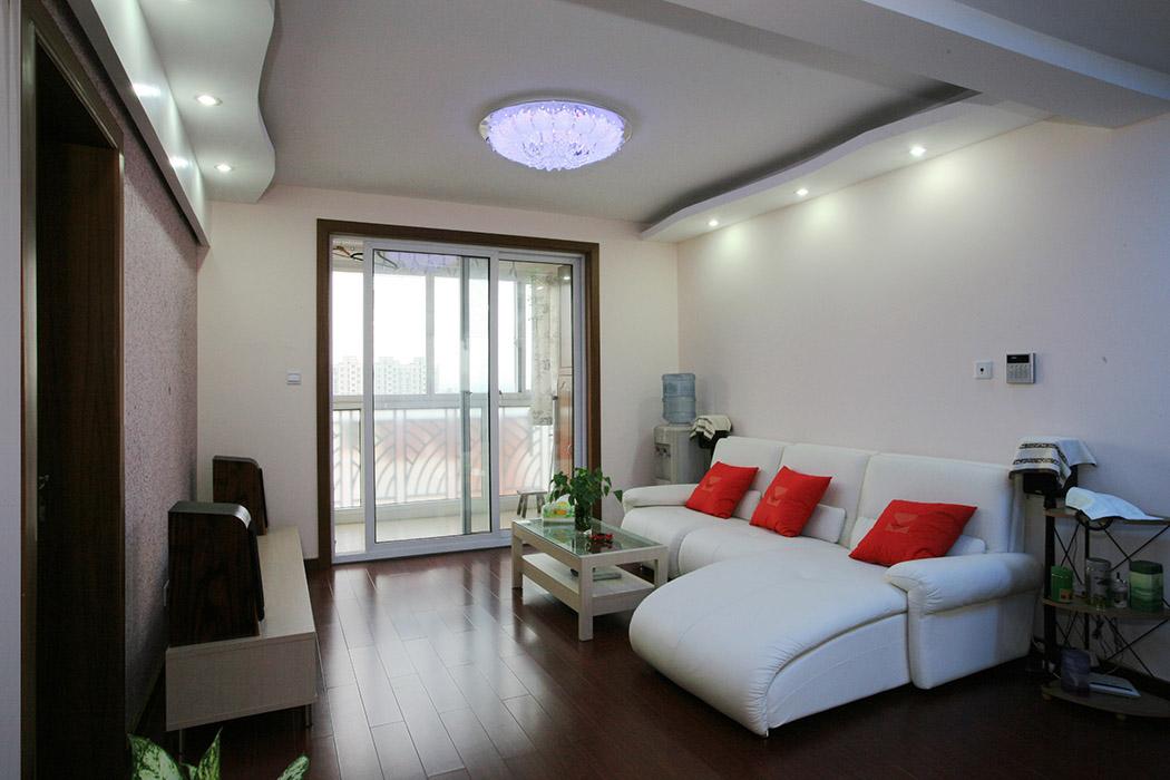 白色的墙面,白色的沙发,与深色的地板形成鲜明的对比,冲击力很强,整体干净整洁,大气沉稳。