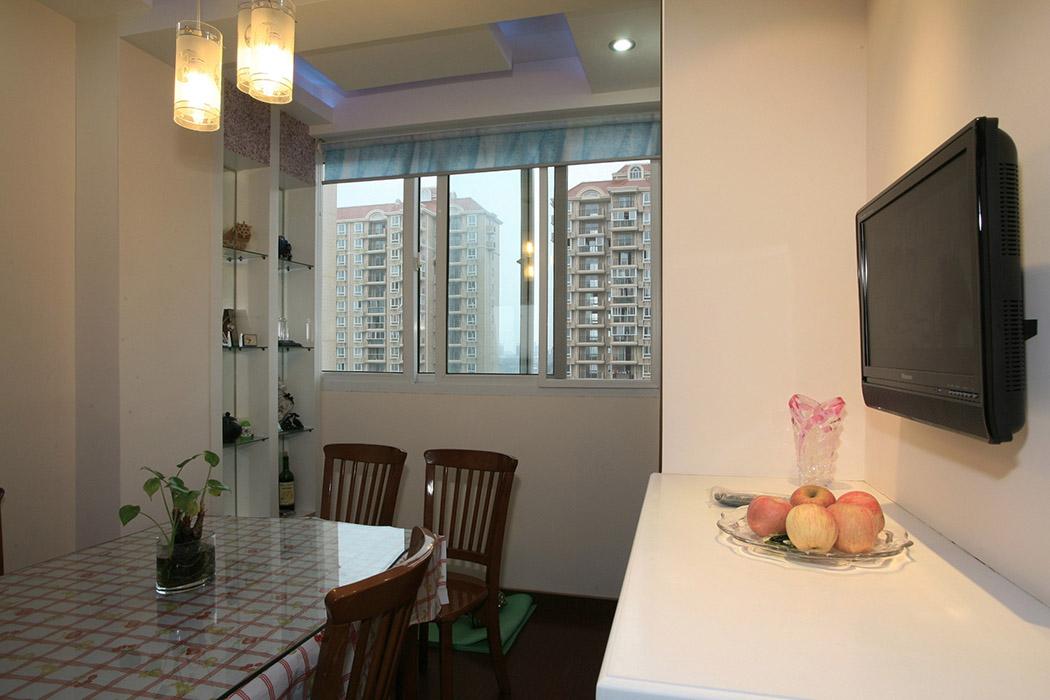 餐厅不是特别大,于是把北阳台与餐厅打通,进一步扩大了厅的空间,利用阳台水管的位置,做了一个装饰酒柜,既隐藏了水管,又增加了实用功能。