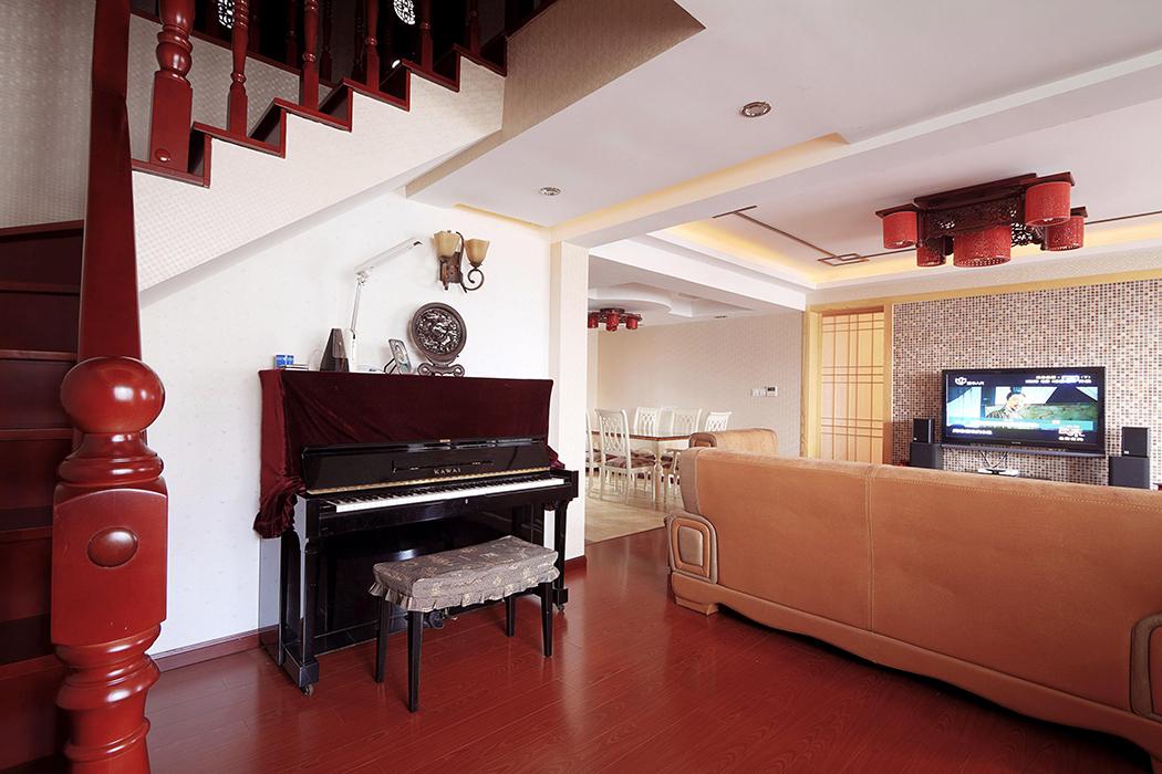 钢琴的摆放利用了楼梯下方的空间,合理利用的同时又满足了主人对于音乐的追求。舒适的会客空间里为客人弹奏一曲,别有一番韵味。