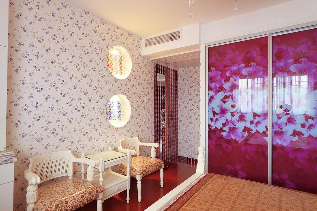 房间墙面搭配小碎花的墙纸,精心用马赛克及灯光的搭配制作了壁龛,即活跃了空间,又满足了审美的需求。
