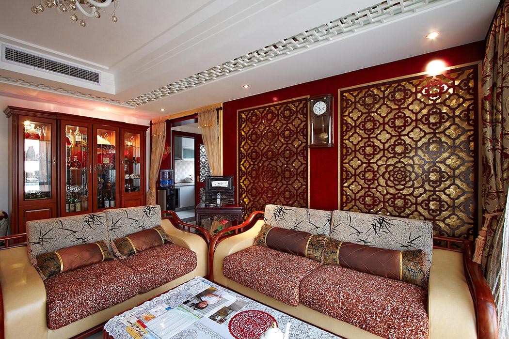 现代时尚的皮质和麻布的沙发运用,现代的时尚又不失中式的奢华,雕花的吊顶加上中央空调的运用,使得室内中式元素的绝对彰显。