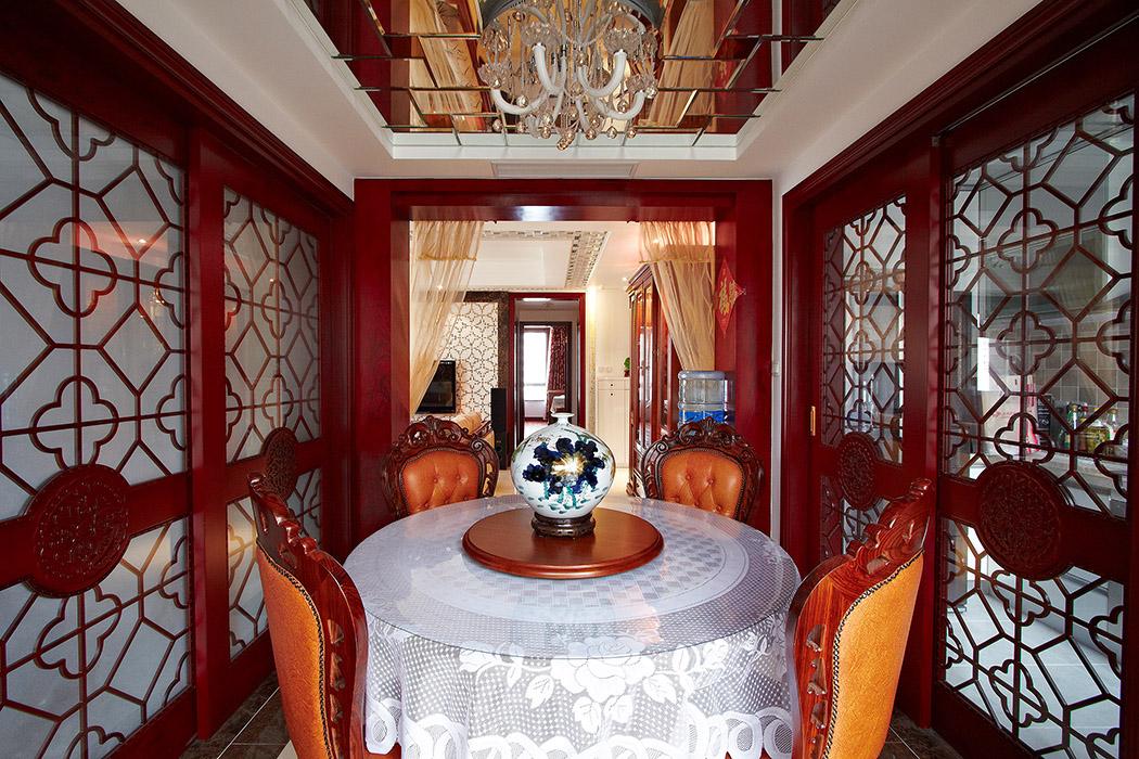 餐厅的设计运用风水学的原理,天圆地方的空间设计,属于招财入室,使得这个主人的才气更加的旺盛,中式雕花的移门使得中式风格更加的彰显。