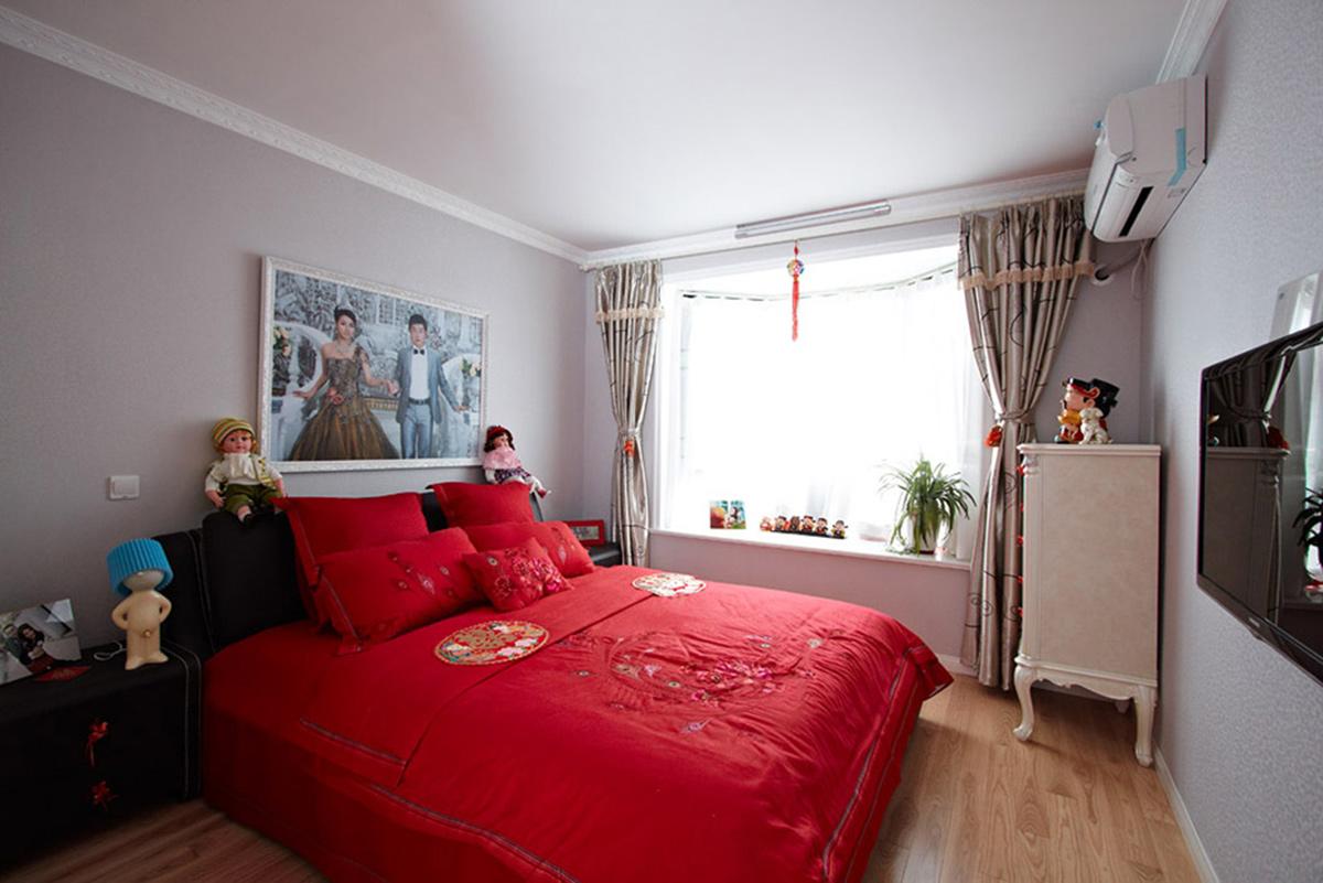 温馨舒适的卧室环境彰显结婚的喜悦,用浅色的地板红色的床单,形成一种呼应,舒适的飘窗,不影响采光的同时使得屋内的光线、空间整体放大,给新婚的主人带来清新舒适的享受体验。