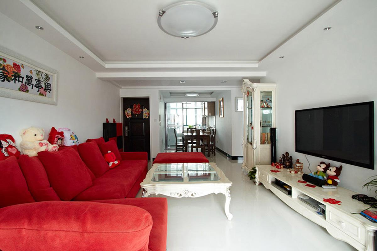客餐厅采用玻化砖,光线非常明亮,然后再用简欧的家具来点缀,显现出一种浅色的奢华,红色沙发在浅色中起到画龙点睛的作用,显现出婚房的喜庆。