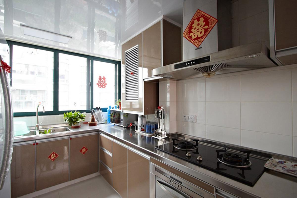 """厨房墙砖白色,整体橱柜采用今年比较流行的色彩""""土豪金"""",白色的空间加上香槟色的搭配,使得厨房狭小的空间得到视觉放大的体现。色彩中彰显主人的高贵品味。"""