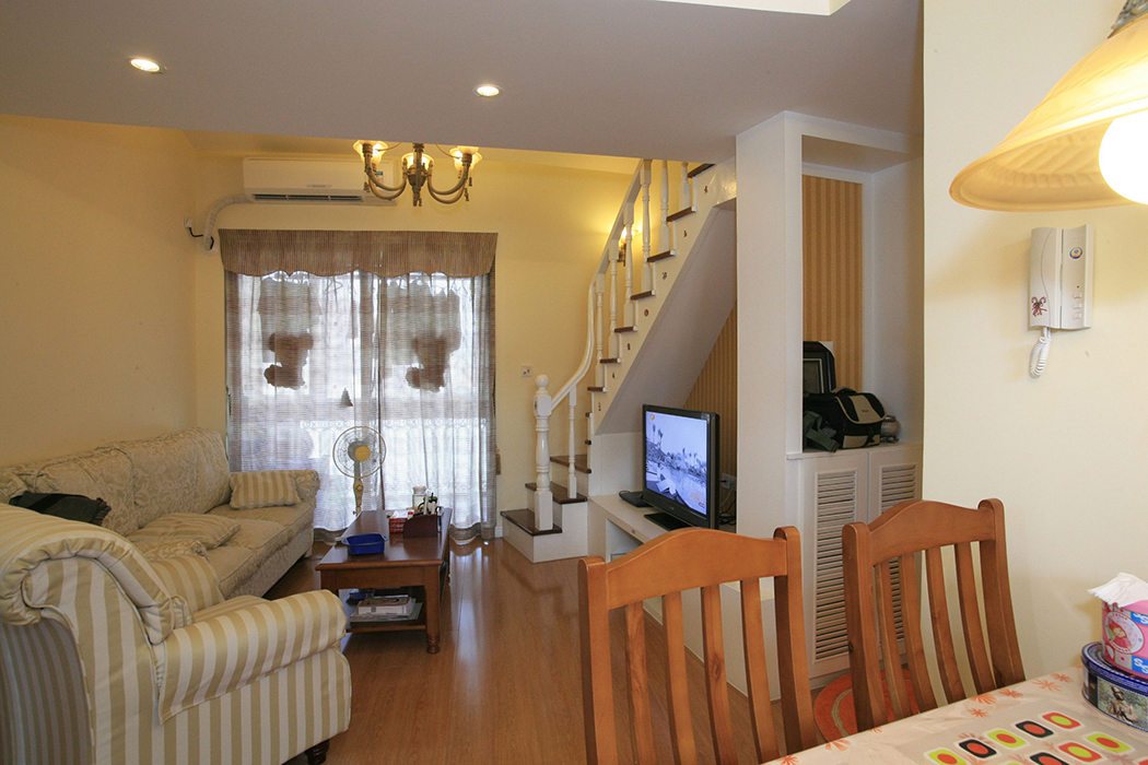在不是很宽敞的空间中,设计师匠心独运地将大厅分成两个部分,靠近阳台的作为休息区 ,靠近厨房的作为饮食区。整个大厅采用了统一的黄色,这样本来不是很宽敞的空间看上不会显得拥挤,在这样的色泽中搭配了欧式田园风格的家具,使得小空间表现的自然、实用、温暖、随意与轻松。