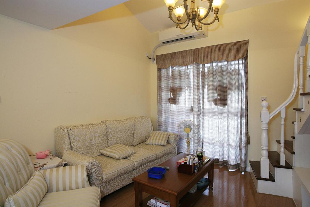 家具的摆放很好的顺应了室内的空间布局,这样的布局恰好体现了田园生活的那种随和、自然的特点。