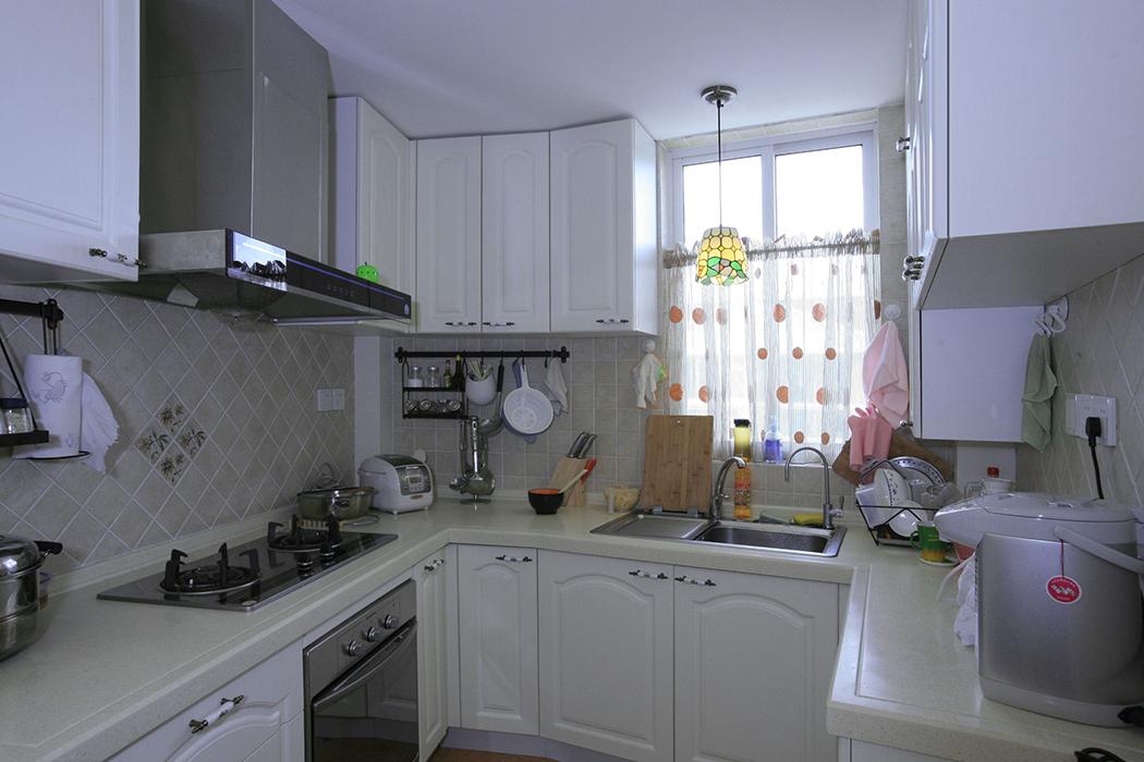 厨房的墙面与地面铺设仿古砖来塑造高品质的生活,利用仿古砖防滑,耐磨、防污自洁的特点以及白色洁净的整体厨柜来营造一种舒适自然的烹饪环境。