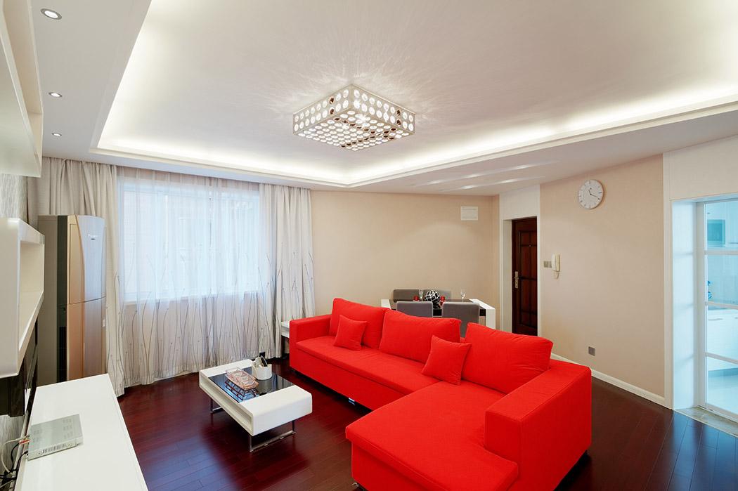 客厅原本不规则的房型在吊顶的借助下,把客厅功能有序规整,米色墙面碰上靓丽的沙发色,碰撞出时尚的火花。