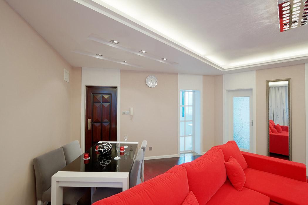 客厅的整体混水风格,是年轻业主的推崇,房子层高不高的情况下,把原有房门的门套作高,从视觉上,一下凸显了整个房屋的层高。