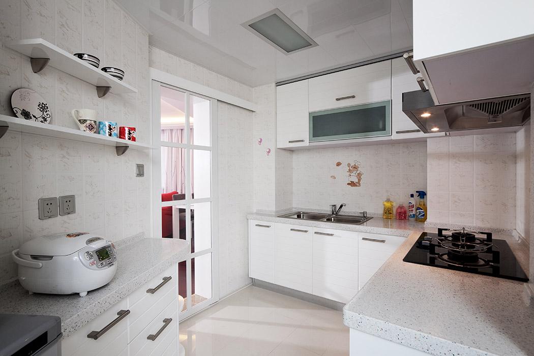 厨房风格是最简洁的白色,感觉整体的厨房面宽敞,不规则的房型把原本普通的厨房划分的有线条感觉,墙上的小摆设起到了画龙点睛的作用。