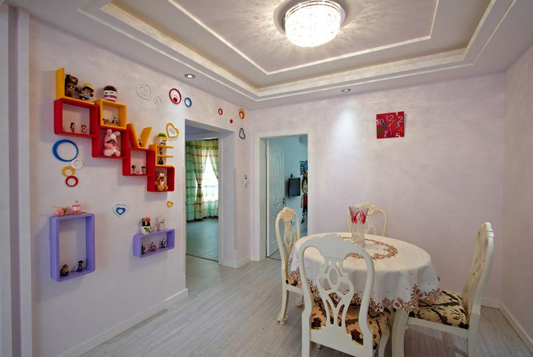 墙上错落有致的装饰隔板,是女主人的巧妙心思,让这块美丽的空间充满着爱的旋律。