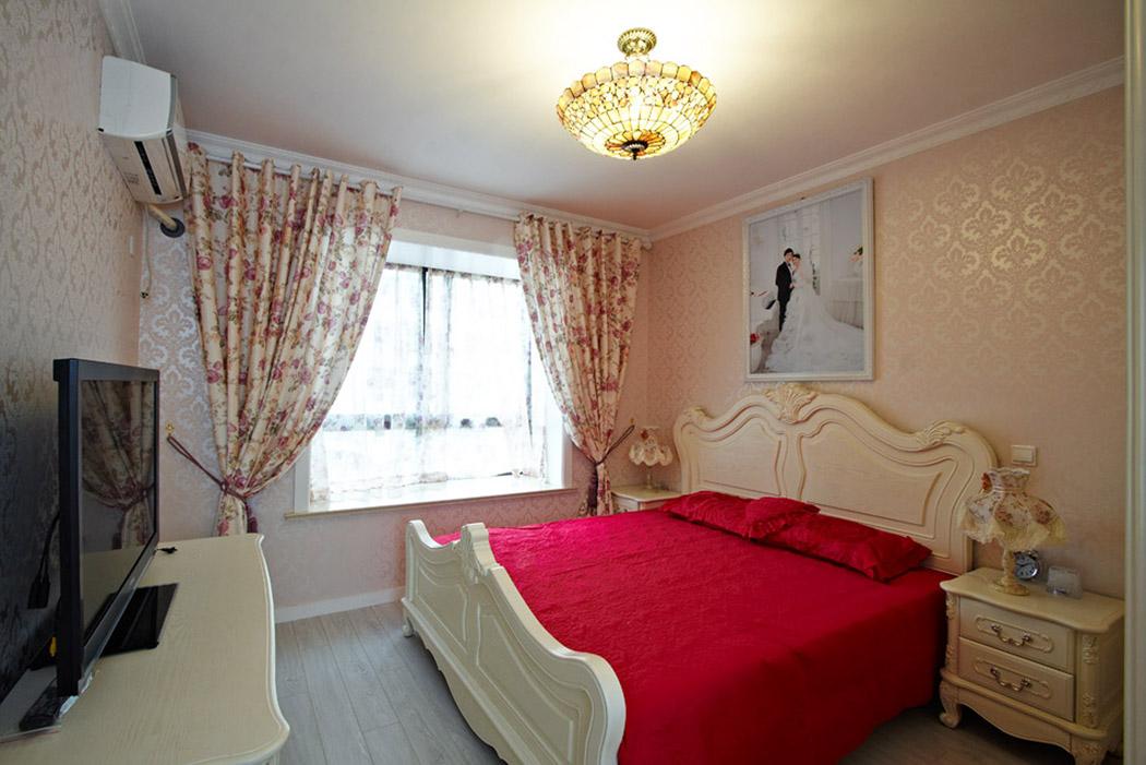 主卧空间的窗饰,床品选配十分协调,还有欧式实木家具的搭配让整个房间处处洋溢着浪漫气息。