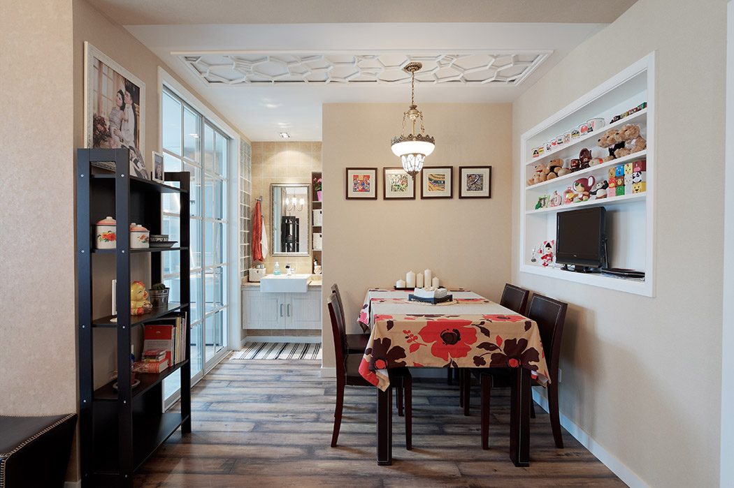 餐厅吊顶采用雕花板处理,把原有普通的顶面装饰的既活泼又有新意,配上复古的吊灯,相得益彰。