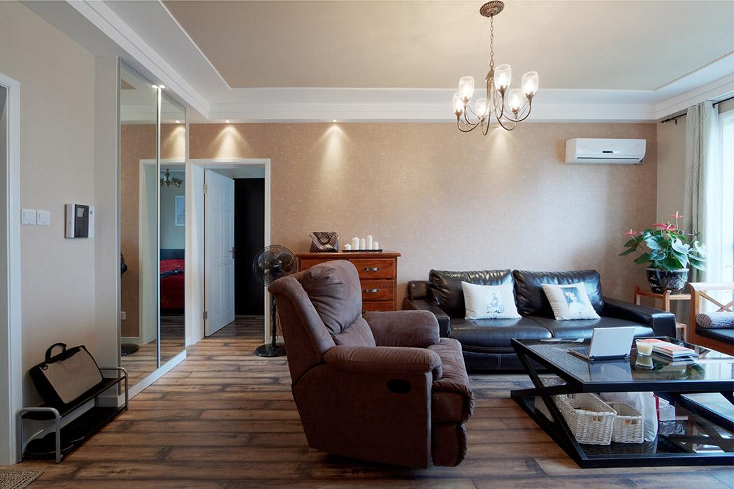 客厅的墙顶面全部采用墙纸,改变以往乳胶漆形式,既有装饰性又有耐用性
