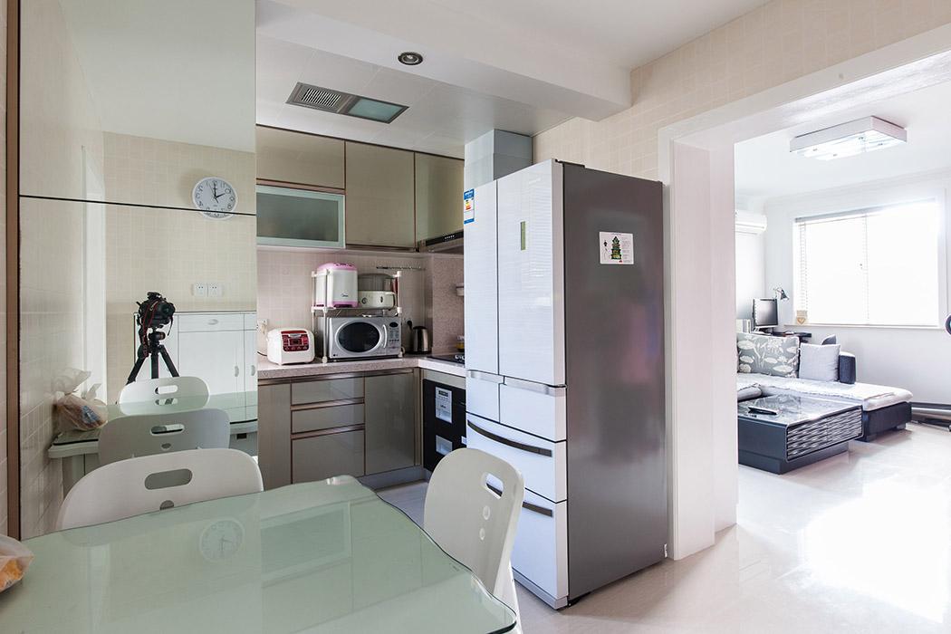 厨房是设计师的得意之作,整体协调统一,整洁大气,稳重时尚的香槟色,配上暗拉手的橱柜和上柜,一切是那么的简单随意,每天都是精彩的生活。