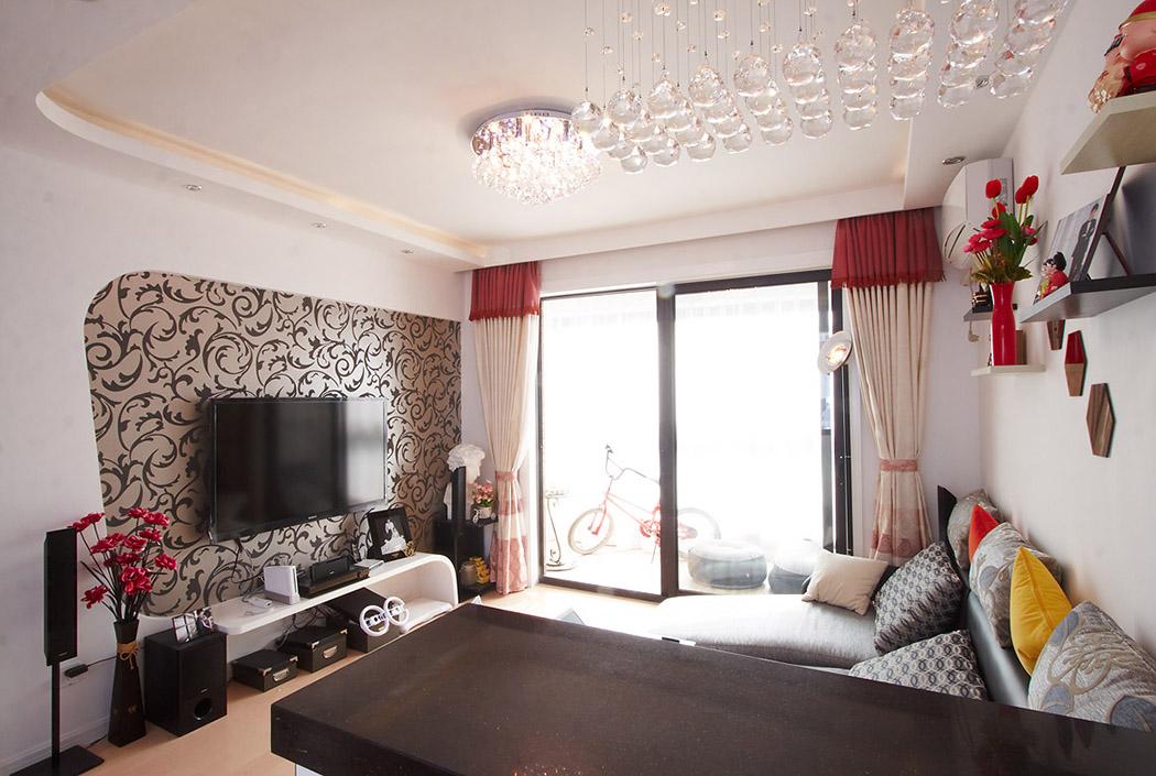 灰色布艺沙发简洁、时尚,弧形的背景墙与弧形的电视柜,再配上灰色花纹墙纸,整体视觉显得大气而时尚。