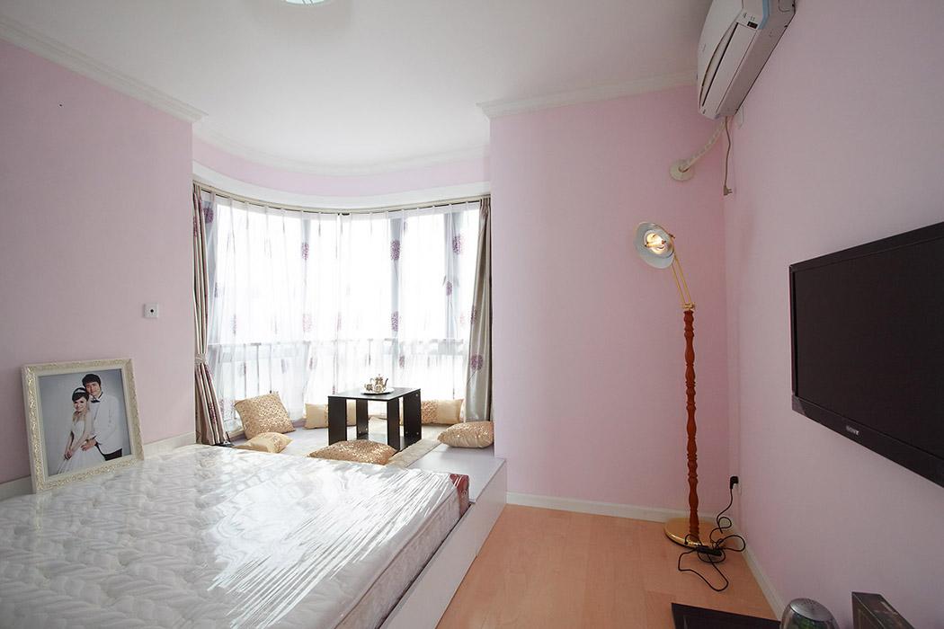 卧室以浪漫温馨为主,局部做棍棍米,不但增加了储物功能,也让空间错落有致,还可以三五个朋友小息休闲的地方。