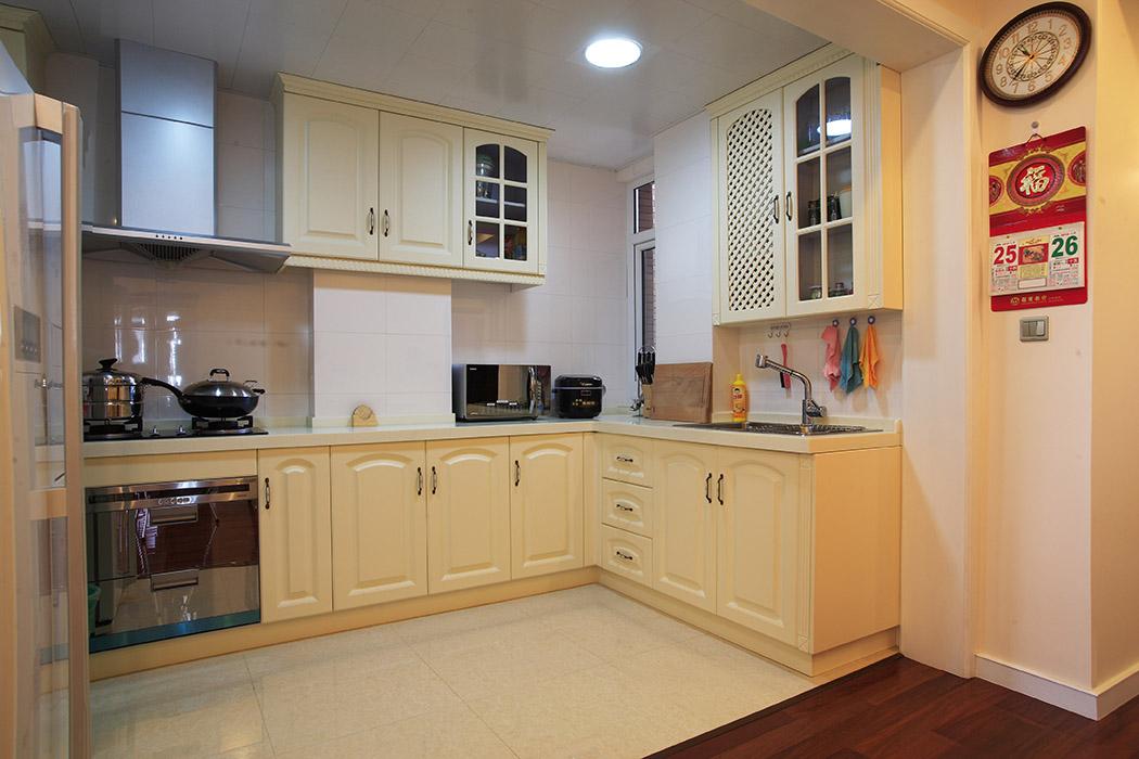厨房的设计也是本案的一个亮点,门板简洁的造型,玻璃门后展示的艺术品,优雅的金属搭配在一起,让人做饭的时候都能翩翩起舞。
