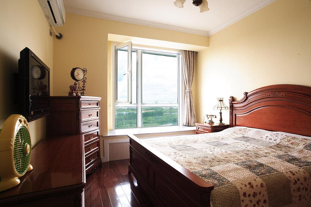 主卧的设计没有很繁琐,干净的墙面,厚重的家具,以及精心挑选的小饰品构成了一个温馨舒服的卧室空间。