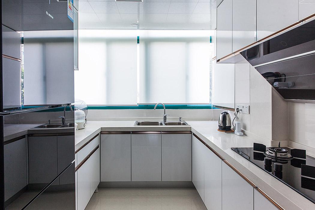 在功能至上的厨房中,灰与白的搭配一直是备受推崇的,也使得整个居室的风格统一,从实用角度而言,设计简约的橱柜也更方便日常生活。