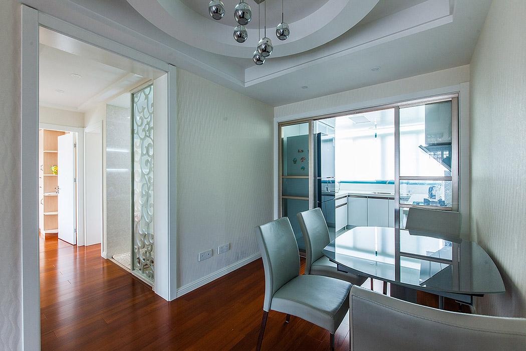 卫生间低调别致的雕花隔断,不仅不显累赘,反而给整个空间以装饰上的平衡感 ,还有温暖闲适的居家情感。