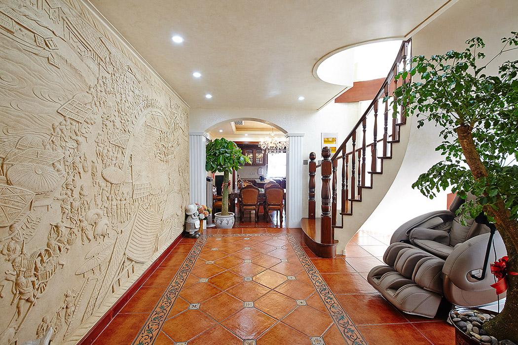 空间元素单一却饱满、自然,整体布局很简单。墙面上的清明上河图装饰墙让空间的立体感得以呈现出来。