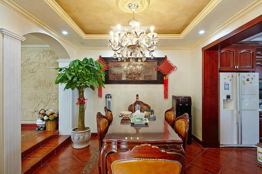 门廊一改规则形状,处理成圆拱形,将美式风格元素融入欧式空间,别有一番风味。