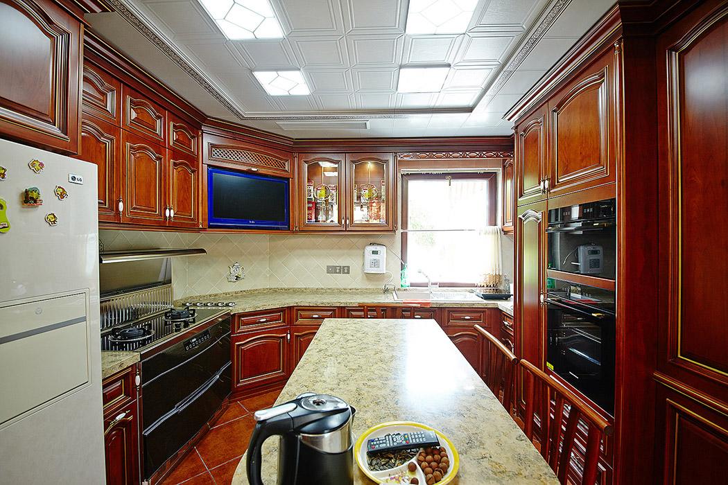 厨房的整套实木柜体有机的结合了餐厅的其他物品,恰如其分地将美式风格定义融入空间,衍生出另一种含义。