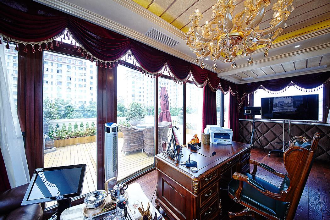 玻璃取代整面墙,成为一面窗户。透过窗户,光线可以自由地射入空间内部。电视背景的软包色彩区别于周围墙面,使色彩更加丰富。